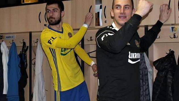 Brankář Fastavu Zlín Matej Rakovan (vpravo) společně s Gruzíncem Čanturišvilim slaví výhru nad Duklou Praha.