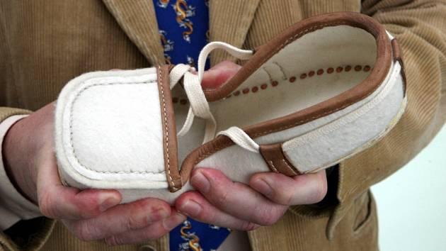 Petr hlaváček s replikou boty terakotových vojáků z Xianu.