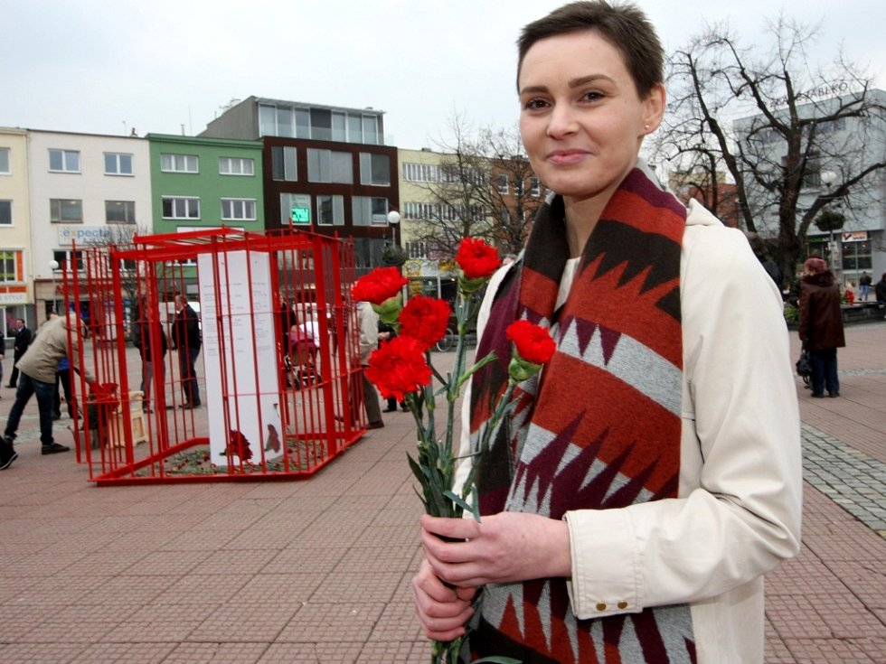 Akce MDŽ sdružení Repelent 21 na náměstí ve Zlíně.