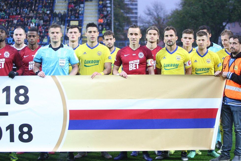 Prvoligové fotbalisté Fastavu Zlín (ve žlutém) ve 13. kole doma hostili pražskou Spartu. Slavnostní nástup ke 100. vyročí založení Československa.
