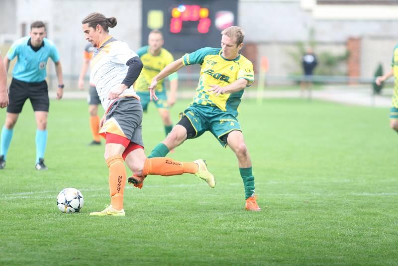 Fotbalisté Napajedel (ve žlutozeleném)  v rámci 7. kola krajského přeboru doma porazili po obratu 3:2 Nevšovou.