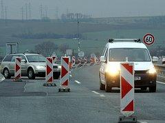 KOMPLIKOVANÝ PRŮJEZD. Dopravní omezení řidiče na D55 brzdí již několik měsíců.
