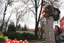 Na místě tragédie se hromadí svíčky a květiny.