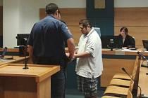 Obžalovaný Stanislav G. u soudu. Za znásilnění dvou chlapců stráví pět let ve vězení.