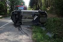 Auto po nehodě skončilo na boku, řidič se vůbec nezranil
