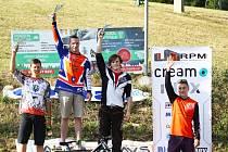 Nejlepší trojice závodu v Trnavě na stupních vítězů se šampaňským.