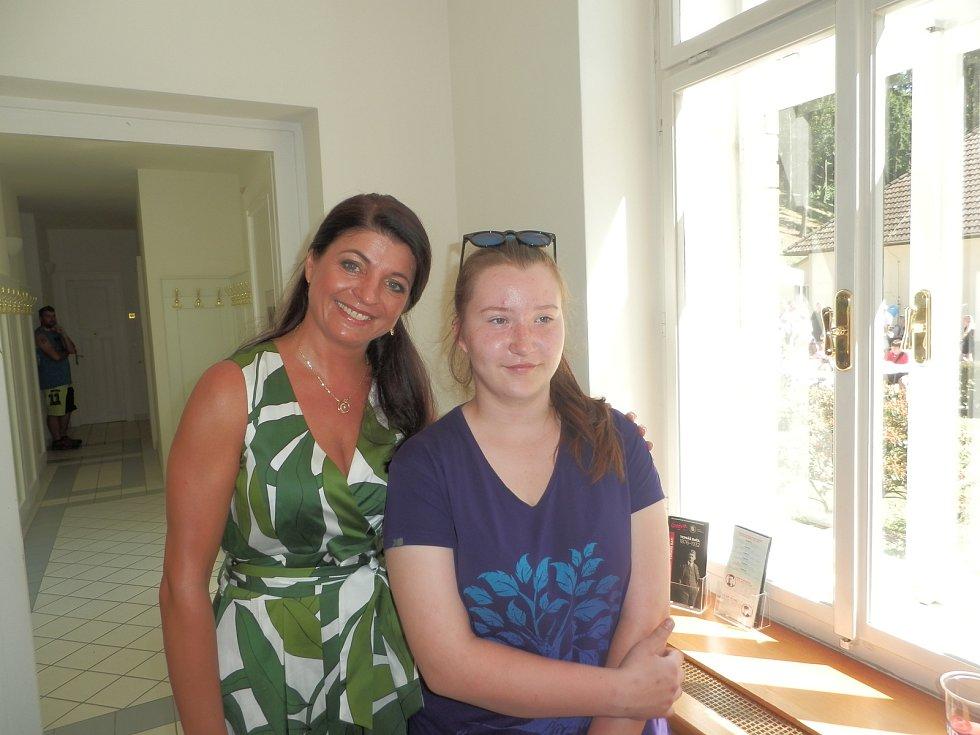 Nela Krajclerová z Brusného, která má nyní 15 let, s lékařkou Rumpíkovou