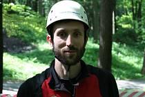 Arborista Antonín Ambros se na Lukově ujal ošetření památného buku.