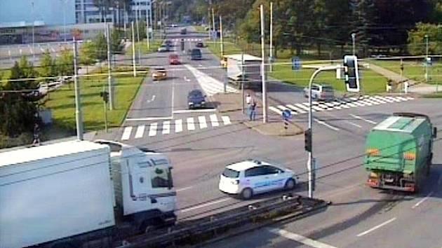 V protisměru. Bílý kamion jel v protisměru pod náměstím T. G. Masaryka ve Zlíně.