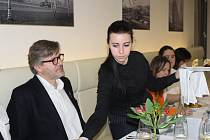 Gastronomický publicista Pavel Maurer (druhý zleva) přijel do Zlína představit festival kulinářských zážitků