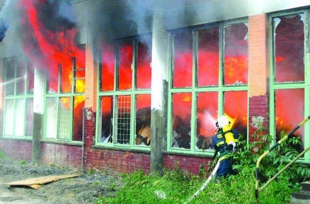 NÁROČNÝ ZÁSAH. Mohutný požár včera hasiči likvidovali asi hodinu. Navíc museli zabránit, aby se plameny nedostaly do vyšších pater.