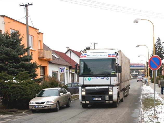 Lidé v Otrokovicích bojují proti kamionům, které projíždějí ulicí Nerudova.