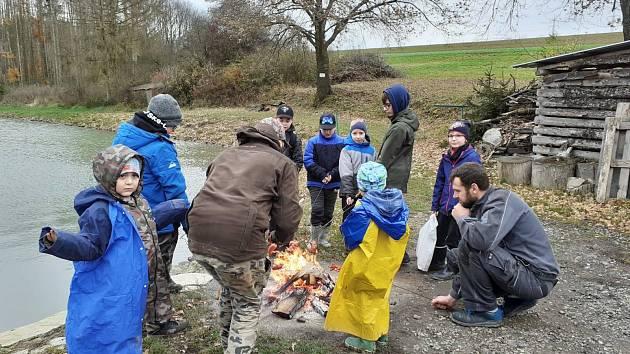 Děti na cvičném rybolovu na Chlumských rybnících ve Zlíně - Loukách