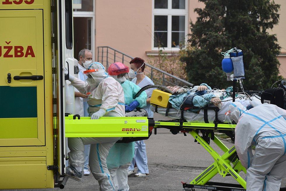 Péče o covidové pacienty ve Zlínském kraji - transport do jiných nemocnic. Ilustrační foto