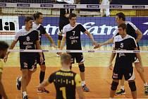 Extraligoví volejbalisté Zlína (v modrobílém) doma na úvod soutěže podlehli Brnu 0:3.