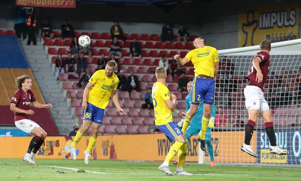 Fotbalisté Zlína (ve žlutých dresech) prohráli ve 4. kole FORTUNA:LIGY na hřišti pražské Sparty 1:3.