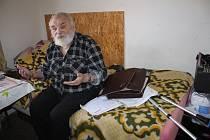 Miroslav Šebela trpí cukrovkou a je po mrtvici. Bojuje za přidělení bytu nebo umístění do pečovatelského domu. Pokud neuspěje, chce držet hladovku.