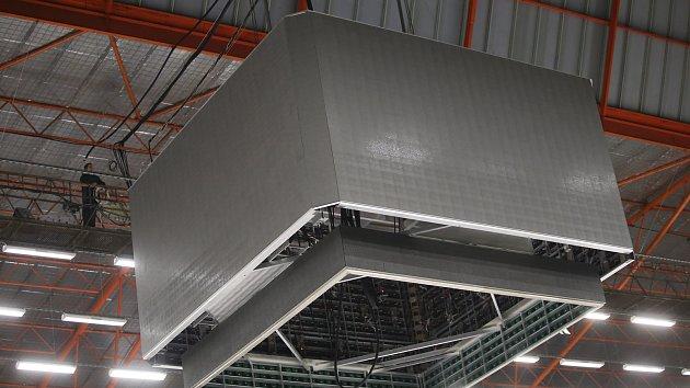 Instalace nové projekční kostky na zimním stadionu ve Zlíně.