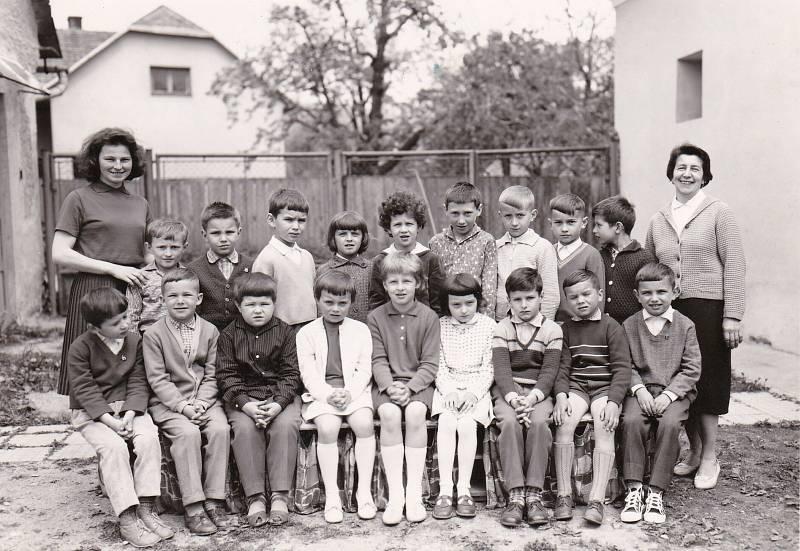 1965. Třídní fotka základní školy v Lukovečku, která pochází z roku 1965.