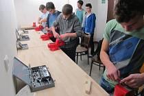 V základní škole ve Fryštáku mají novou modernější učebnu jazyků. Dovybavili nově také dílny pro pracovní činnosti.