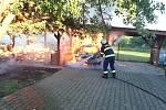 Pergolu i se zaparkovaným autem pohltily v pondělí 6. července 2020 plameny ve Zlíně - Lužkovicích.