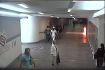 Mladík vešel do podchodu se zápalnou lahví, kterou potom pohodil ke zdi. Lidé procházeli nerušeně kolem...
