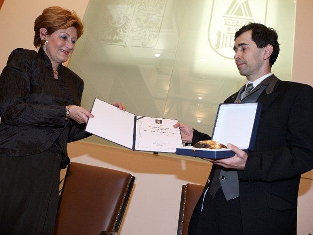 Přednosta očního oddělení zlínské Baťovy nemocnice a primář očního centra Gemini ve Zlíně a Praze Pavel Stodůlka získal ve čtvrtek cenu města Zlína za rok 2007.