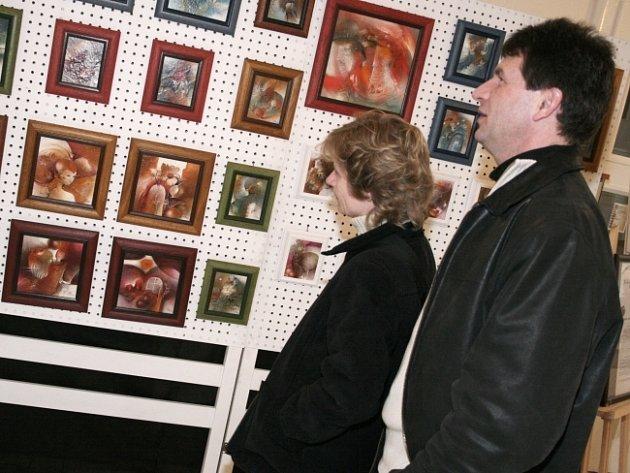Blažena Fořtová představuje zájemcům hliněné plastiky, Taťána Ruprichová zase obrazy
