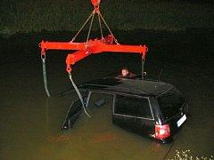 Pomoc hasičů po havárii auta do kanálu u Spytihněvi