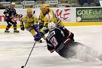 Hokejisté Chomutova (v modrém) hostili na své ledové ploše hokejisty Zlína