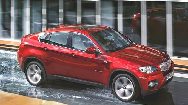 BMW X6 - ukradený vůz má však tmavě modrou až černou barvu.