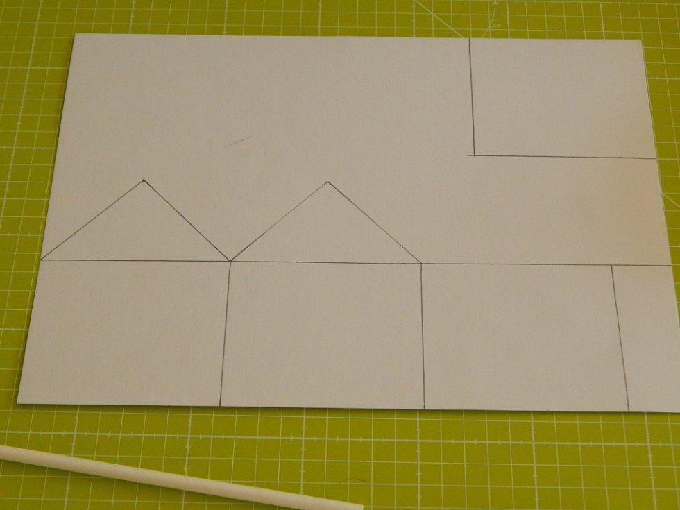 Domeček z papírových slámek.