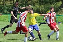 Fotbalisté Luhačovic (ve žlutém) ve druhém zápase krajského přeboru doma porazili Brumov 2:0.