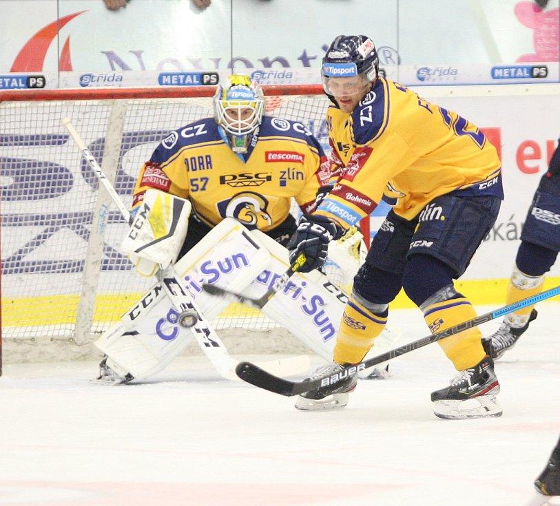 Extraligoví hokejisté PSG Berani Zlín (ve žlutém) v úterní předehrávce 11. kola podlehli pražské Spartě.  Na snímku Huf a Freibergs