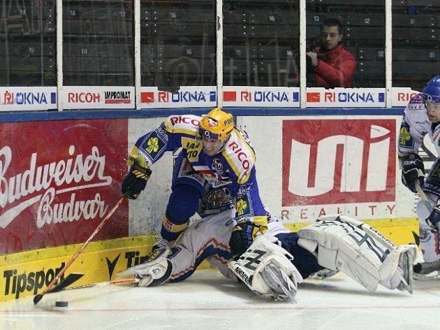 Zlínský útočník Ivan Rachůnek ujíždí z rohu kluziště.