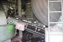 Mladého dvaadvacetiletého muže při práci vtáhl lisovací stroj.