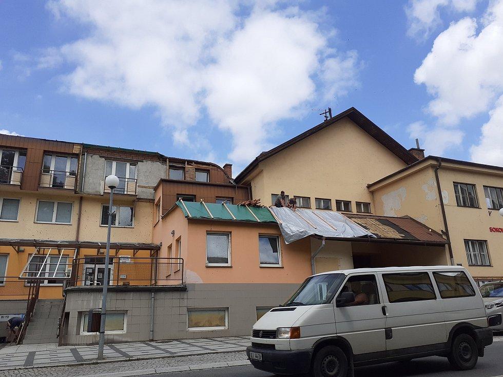Střední odbornou školu Luhačovice poškodil přírodní živel.