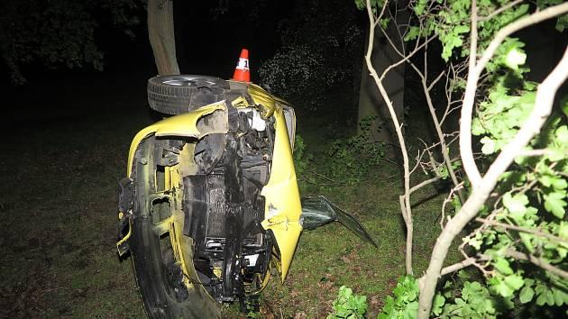 Opilý mladík s autem dostal smyk a vyjel mimo vozovku.