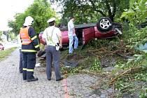 Řidič převrátil auto na střechu