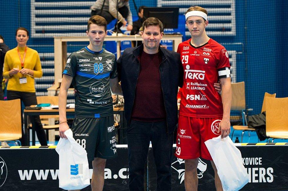 Předseda florbalového klubu Panthers Otrokovice Karel Ťopek (uprostřed) po jednom ze superligových utkání.