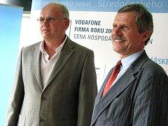 Pro ocenění si na krajský úřad přišli za firmu Kovar výrobní ředitel Pavel Cedidla (vlevo) a za Živnostníka roku Zdeňka Štůska jeho syn Jaromír.