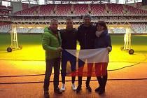 Bývalý fotbalista Zlína Rudolf Čelůstka (na snímku vlevo) pózuje na stadionu Antalyasporu společně se syny Tomášem (druhý zleva), Ondřejem a manželkou Hanou.