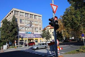 Poškozený semafor na křížovatce  ulic  Tř. T. Baťi  a  Díly I ve Zlíně