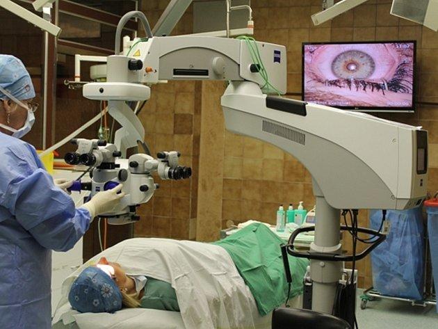 NOVÝ POMOCNÍK. Unikátní mikroskop pomůže lékařům z Baťovy nemocnice při operacích zákalů či transplantaci rohovky.