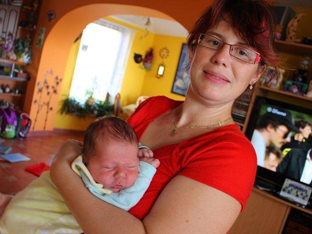 Maminka Kateřina Tumová porodila Adámka, své třetí dítě, v autě. S manželem totiž nestihli dojet do zlínské nemocnice. Pomáhali jim policisté.
