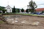 Poklepání základního kamene stavby Domu pro seniory v Luhačovicích. Stavební místo