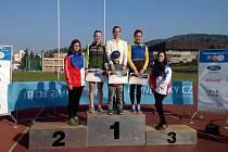 foto ze stupňů vítězů celkově ženy - 1. Hálová, vpravo 3. Vybíhalová