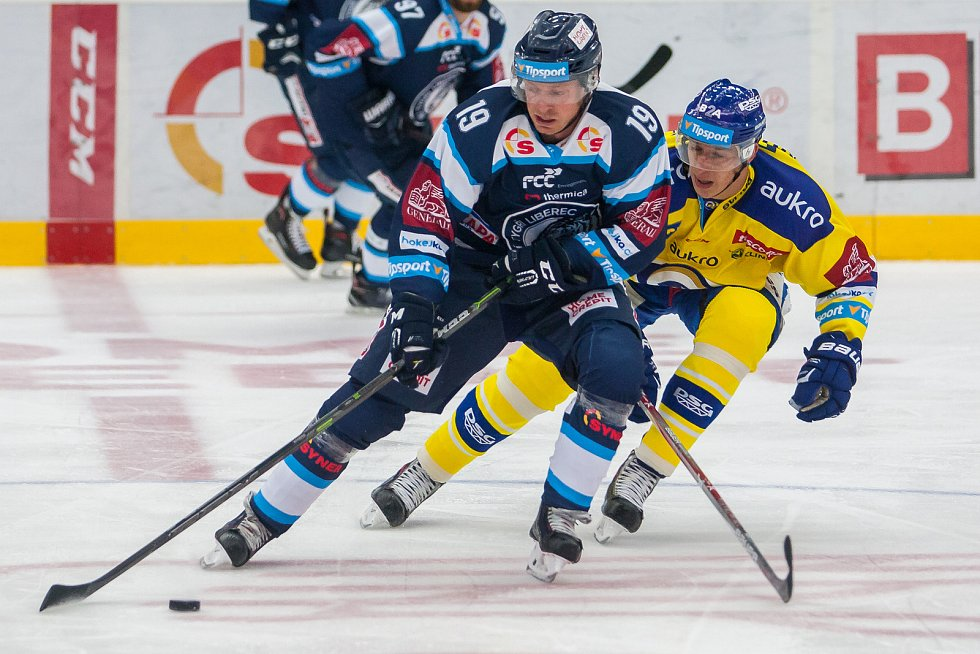 Utkání 3. kola Tipsport extraligy ledního hokeje se odehrálo 12. září v liberecké Home Credit areně. Utkaly se celky Bílí Tygři Liberec a Aukro Berani Zlín. Na snímku zleva Daniel Špaček a Matouš Kratochvíl.