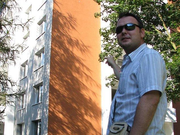 Panelový dům v Jílové, do kterého vykloval díry strakapoud