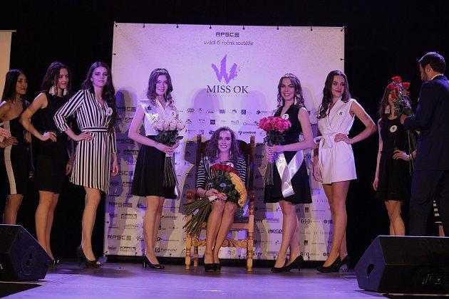 Krajské semifinále soutěže Miss Opravdová krása ve zlínském Hotelu Baltaci Atrium. Vítězkou letošního ročníku se stala Nikola Saňáková sčíslem 8 (sedící uprostřed).
